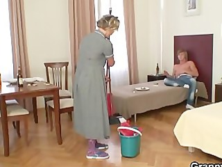 cleaning woman gives up her old snatch